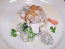 シュー生地を器にした牡蠣のアンチョビ入りマスカルポーネクリームソース