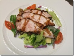 鶏モモ肉の燻製のサラダ